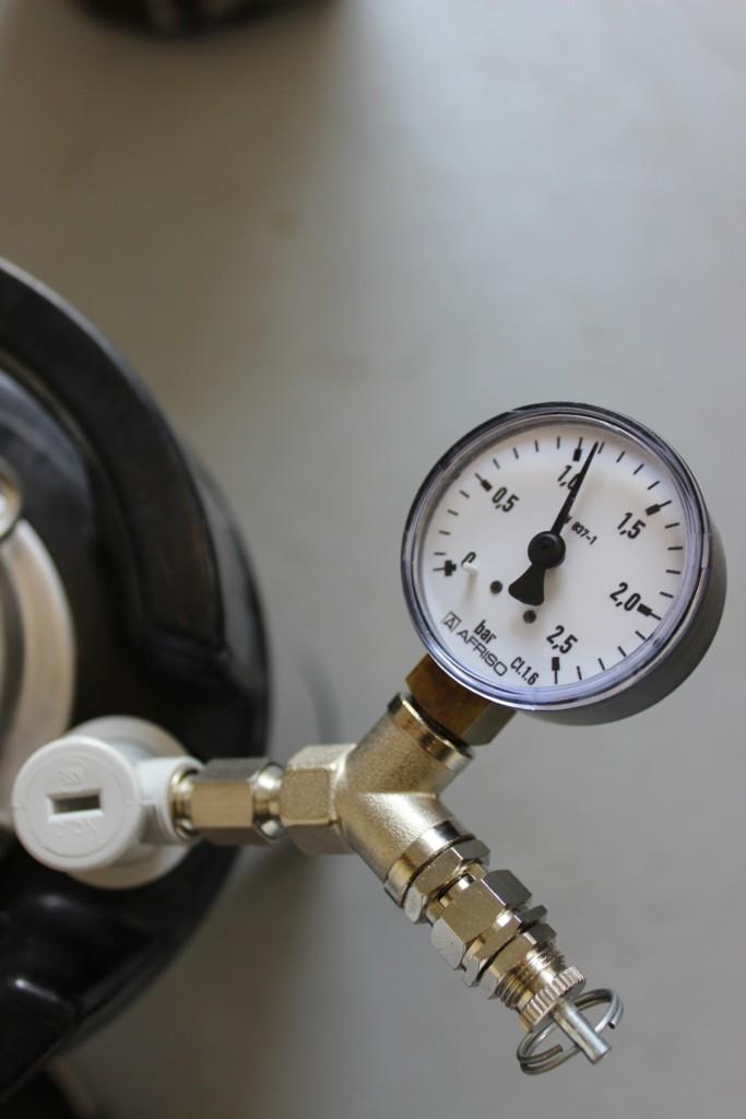 Überprüfung beim Bier karbonisieren durch Manometer