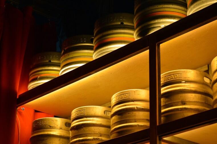 Bier Lagerung im Keller in Kegs