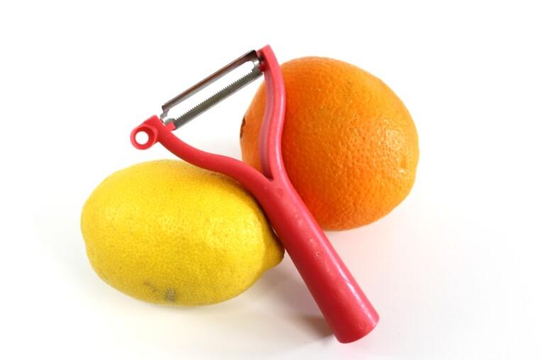 Zitrone und Orange schälen